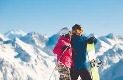 挡雪板愉快的夫妇高山山的 图库摄影