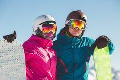 挡雪板愉快的夫妇高山山的 免版税库存图片