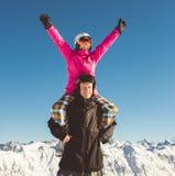 挡雪板愉快的夫妇高山山的 免版税图库摄影