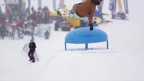 挡雪板用手跳接触喷射器在山的滑雪胜地 极其体育运动 人们 挑战 影视素材