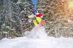 挡雪板backcountry跃迁滑雪场地外反对冻森林 免版税库存图片