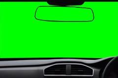 挡风玻璃和后视镜,在汽车里面的看法有绿色s的 库存照片