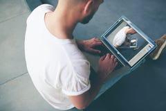 挣金钱的自由职业者在笔记本的距离工作 免版税库存照片