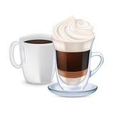 挤奶与被鞭打的奶油和咖啡杯的咖啡 免版税库存图片