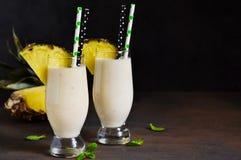 挤奶与香草冰淇淋、菠萝和芒果的鸡尾酒 库存照片