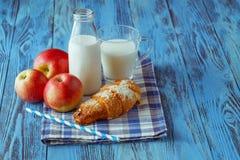 挤奶与chia种子、苹果和新月形面包的圆滑的人在木t 库存图片