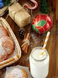 挤奶在有秸杆的一个玻璃瓶子 圣诞节属性在背景中 库存照片