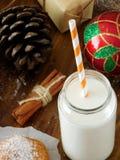 挤奶在有秸杆的一个玻璃瓶子 在视图之上 库存照片