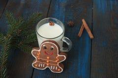 挤奶用在一个透明杯子的桂香,奶蛋烘饼,蛋糕,栓与圣诞节丝带, 库存照片
