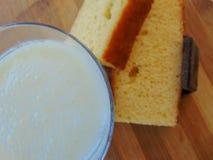 挤奶用巧克力和饼干两个片断  免版税库存照片