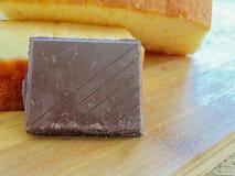 挤奶用巧克力和饼干两个片断  库存照片