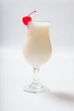 挤奶鸡尾酒用在一块高玻璃的一棵樱桃 图库摄影