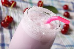 挤奶鸡尾酒用在玻璃宏指令的一棵樱桃 水平 免版税库存图片