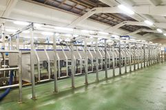 挤奶系统农场的牛奶店 库存照片