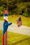 挥动一面美国国旗的山姆大叔 免版税库存图片