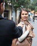 挥动与人的女孩在街道 库存图片