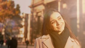 挥动与人的快乐的妇女,走在美丽的古城,观光 库存照片