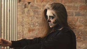挥动与其他吸血鬼的性感的恶魔般女性吸血鬼 影视素材