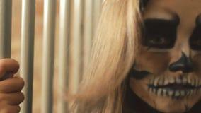 挥动与其他吸血鬼的恶魔般女性吸血鬼临近格子 股票视频