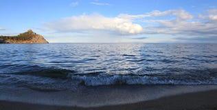 挥动与在贝加尔湖的whitecaps刮风的天气的 免版税库存图片
