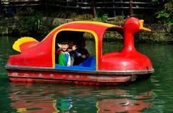 彭州,中国: 鸭子小船的挥动的孩子 库存图片
