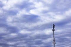 挥动传输帆柱,与明亮的蓝天的大电话信号 库存照片