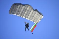 挥动保加利亚旗子的伞兵 免版税库存图片