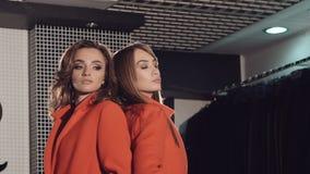 挥动和摆在精品店的红色皮大衣的魅力女孩 影视素材