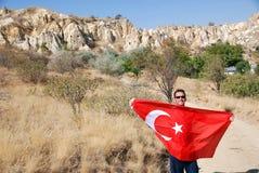 挥动土耳其旗子的人 免版税库存图片