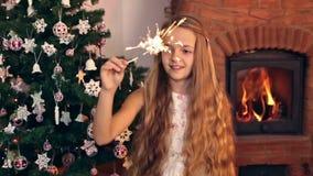 挥动圣诞节闪烁发光物的女孩 股票视频