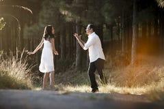 挥动在下午阳光下的年轻英俊的印地安夫妇 库存照片