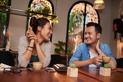 挥动在咖啡馆的年轻夫妇 免版税库存照片