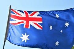 挥动在天空的澳大利亚的旗子 皇族释放例证