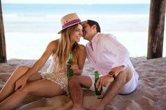 挥动在彼此的年轻夫妇在海滩 免版税图库摄影
