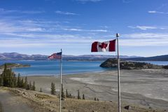 挥动在战士的山顶的旗子 免版税图库摄影