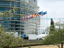 挥动在日落的欧洲议会旗子 免版税库存图片