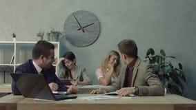 挥动在有工友的书桌的可爱的妇女 股票视频