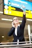挥动在机场的女实业家 免版税库存图片
