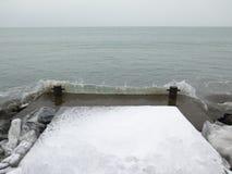 挥动在码头,冬天,冰,海 库存图片