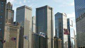 挥动在芝加哥地平线下的美国国旗 股票录像