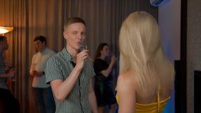挥动在迷人的党的年轻人集会用性感的女性饮用的香槟 股票录像