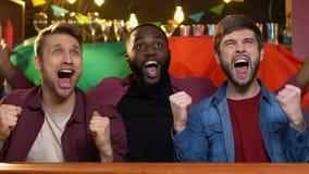 挥动在酒吧,高兴的国家队胜利的多种族爱好者葡萄牙旗子 股票录像