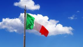 挥动在风的意大利的旗子 股票录像