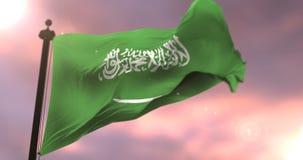 挥动在风的沙特阿拉伯的旗子在日落,圈 库存例证