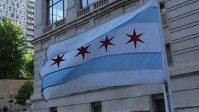 挥动在风-芝加哥,美国- 2019年6月11日的芝加哥旗子 影视素材