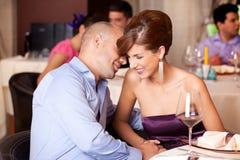 挥动在餐馆表的新夫妇 图库摄影