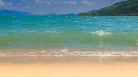 挥动天蓝色的海海浪有沙子海滩的在前景 股票视频