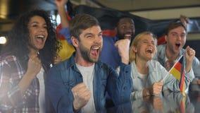 挥动德国旗子的体育迷,庆祝国家队胜利,爱国心 影视素材