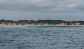 挥动打破在咆哮沙子靠岸在考艾岛,夏威夷西部岸,在冬天 免版税库存图片