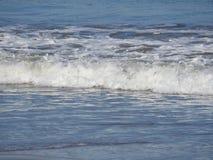 挥动打破在海滩的岸 图库摄影